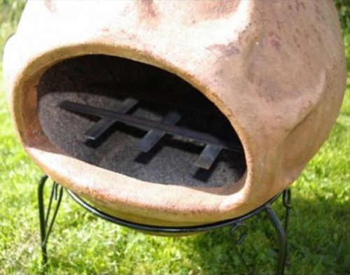 Velký oválný otvor topeniště umožňuje vkládat i velká dřevěná polívka