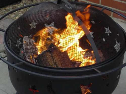 Kulaté přenosné zahradní ohniště s poklopem proti odlétávání jisker