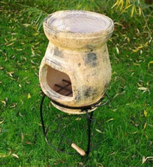 Menší terakotový gril vyvedený v přirodní podobě